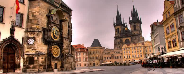 Astronomik Saat Kulesi ve Tyn Kilisesi - Prag
