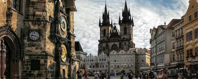 Tyn Kilisesi ve Astronomik Saat Kulesi