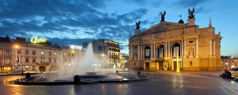 Akşam Işıkları ile Opera Binası - Lviv