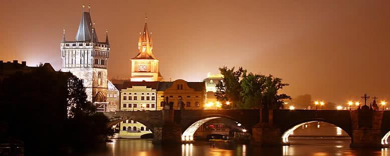 Gece Saatlerinde Vitava Nehri ve Charles Köprüsü - Prag
