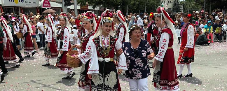 Geleneksel Kıyafetli Gençler - Kazanlık Gül Festivali