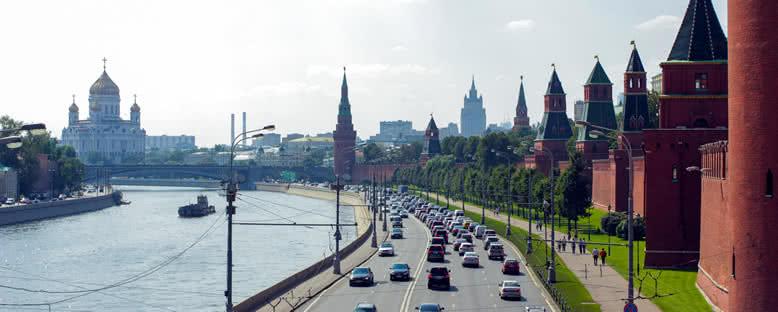 Kremlin Sahil Yolu ve Kurtarıcı İsa Kilisesi - Moskova