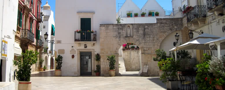Locorotondo Sokakları - Puglia