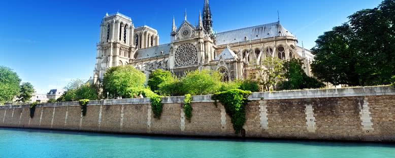 Nehirden Notre Dame Katedrali - Paris